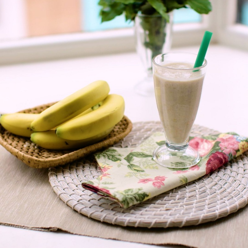 Oat juice and banana with honey