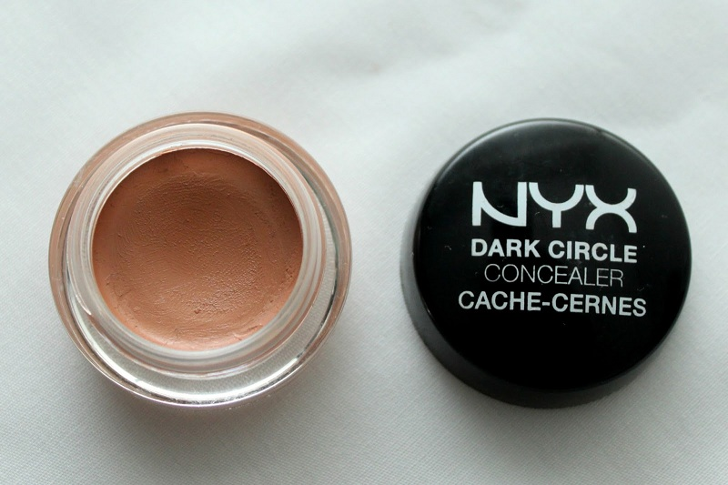 Use a concealer of dark circles